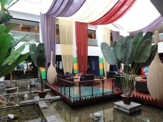 Jardin Secret Hotel: パティオ風になっているロビーラウンジ