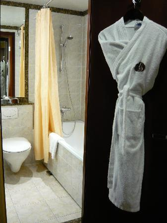 AZIMUT Hotel Olympic Moscow: Bath robe is provided