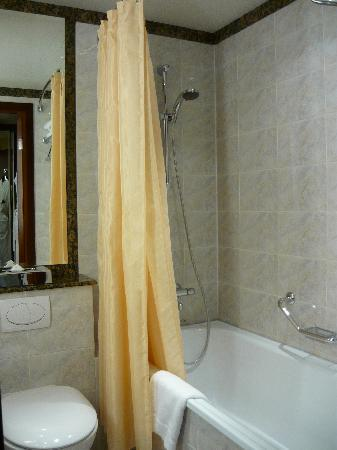 AZIMUT Hotel Olympic Moscow: Complete with bathtub