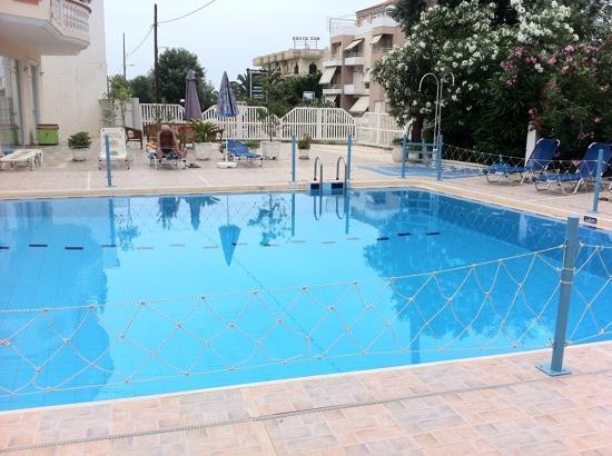 SunCity Hotel Studios: poolside