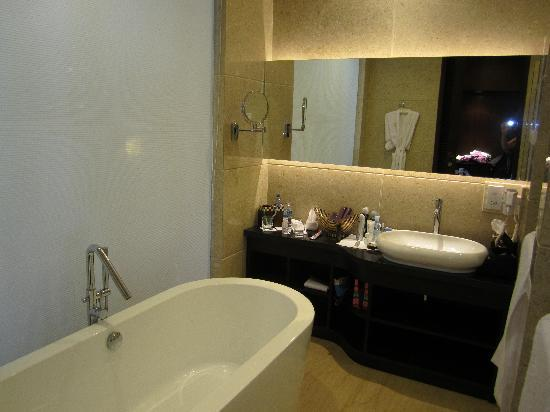 The Seminyak Beach Resort & Spa: Bathroom