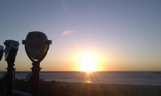 Queen Anne Inn Cafe & Lounge: sunrise at the light house beach-don´t miss it!