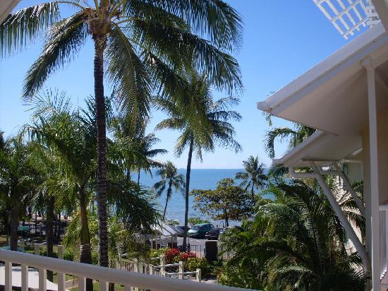 Coral Sands Beachfront Resort: view from the room to trinity beach