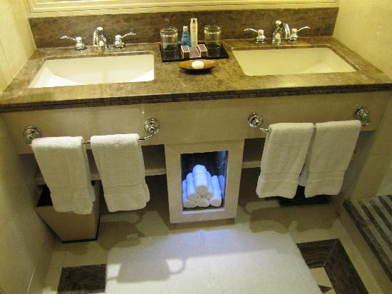 Raffles Makkah Palace: bathroom 1