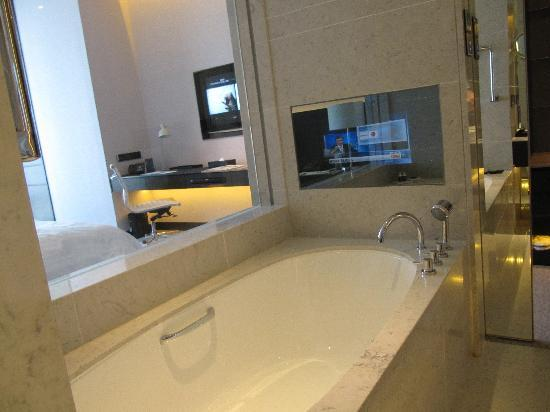 Le Meridien Taipei: Bathroom TV