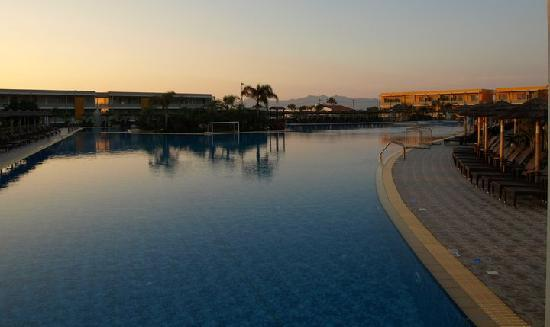 Blue Lagoon Resort: Main swimming pool at sunset.