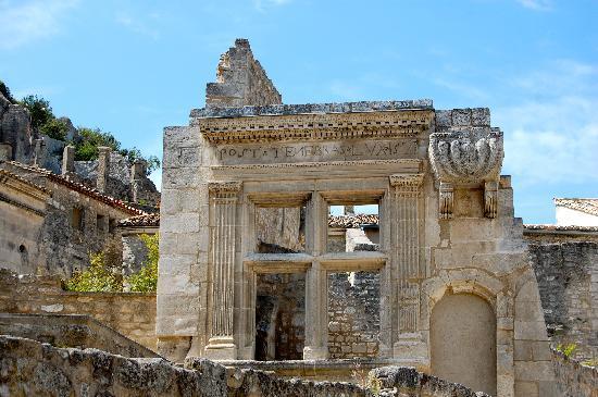 Chateau des Baux de Provence: ruins in town