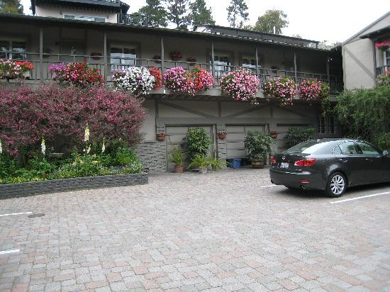 Carmel Country Inn: Outside of B&B...beautiful flowers & lots of parking.