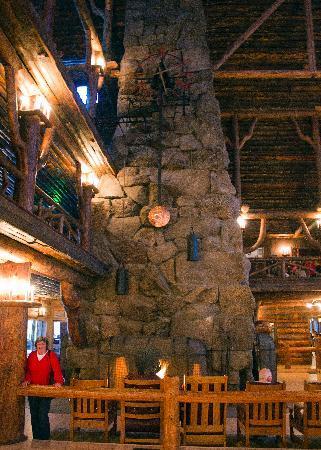 Old Faithful Inn: Fireplace in lobby