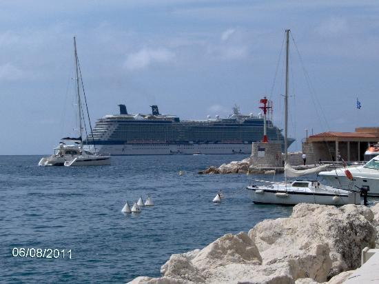Вильфранш-сюр-Мер, Франция: Cruise ship in Villefranche bay