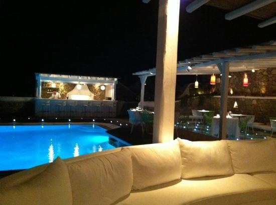 Anemoessa Boutique Hotel: outside dinning terrasse at night