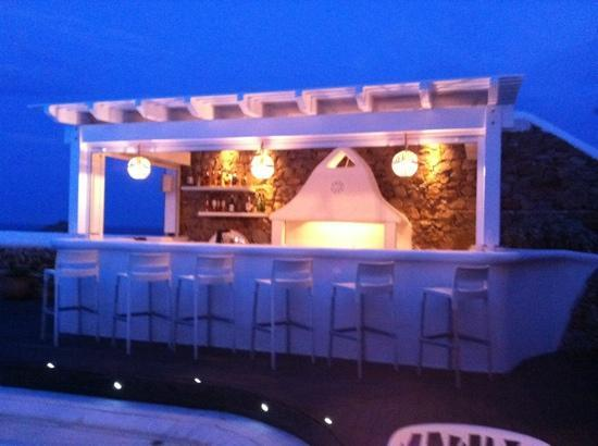 Anemoessa Boutique Hotel: outside bar at night