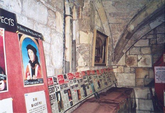 Richard III Experience at Monk Bar: Tabloids - Boulevardzeitungen und Gebäude