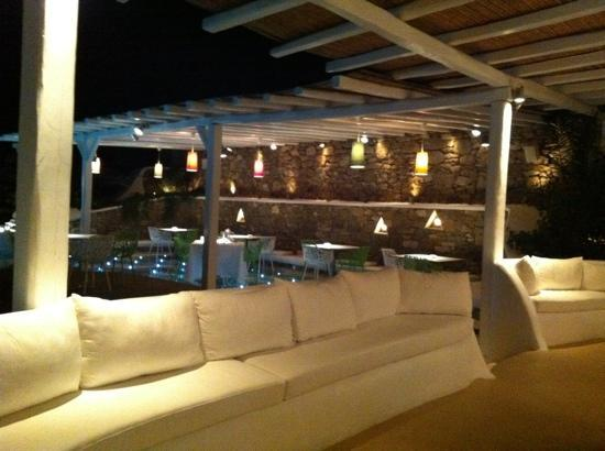 Anemoessa Boutique Hotel: outside lounge and dinning area at night