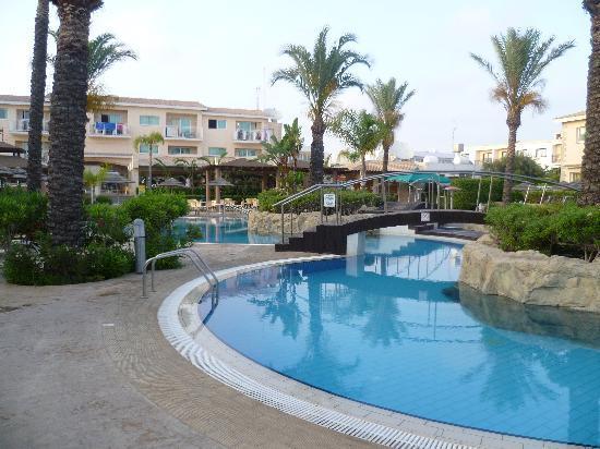 Tasia Maris Gardens Apartments : pool