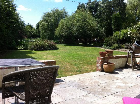 Rosemary Cottage: Lovely views over tranquil gardens from the patio!