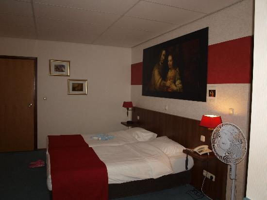 Hotel De Koophandel: Triple room -twice as big as it appears here
