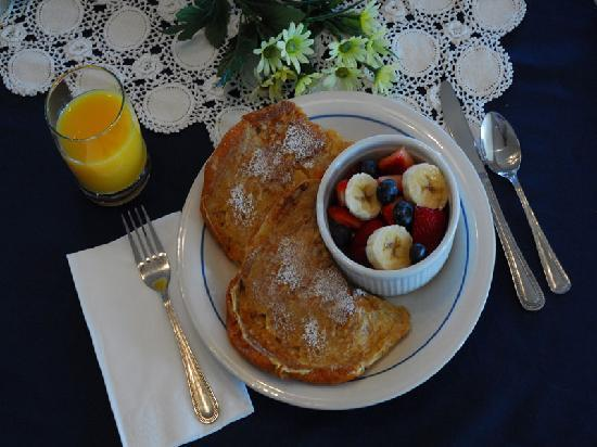 Inn at the Pinnacles Bed and Breakfast: Croissant French Toast