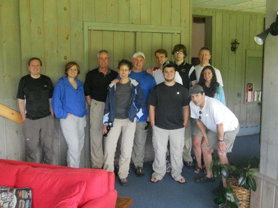 Mountain Meadows Lodge: Hiking party poses for pictures in the front room of the lodge before heading out to the trail