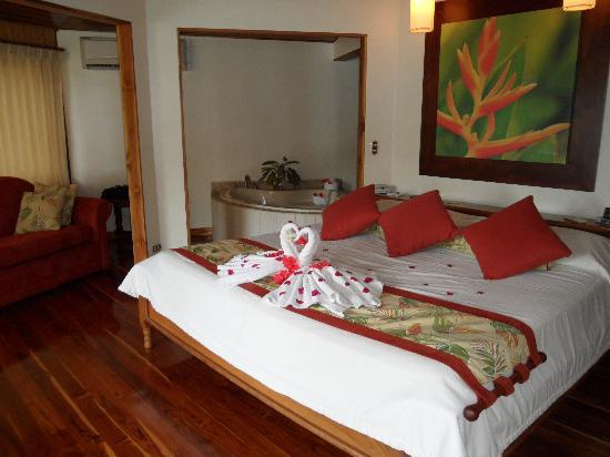 Tambor, Costa Rica: Inside of the Tiki Suite with beautiful honeymoon decorations!