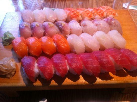 Yamayu Santatsu : sushi moriawase for 4, only tuna makis missing at this point