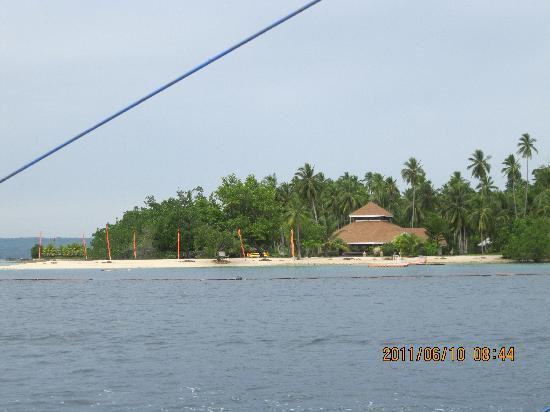 Pearl Farm Beach Resort: Malipanao Island - Photo taken from the boat to the island (Photo by: Ricoy)