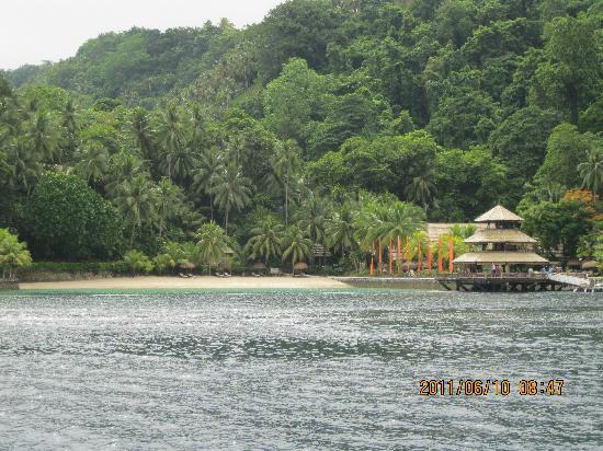 Pearl Farm Beach Resort: Pearl farm resort - photo taken from the boat (Photo by: Ricoy)