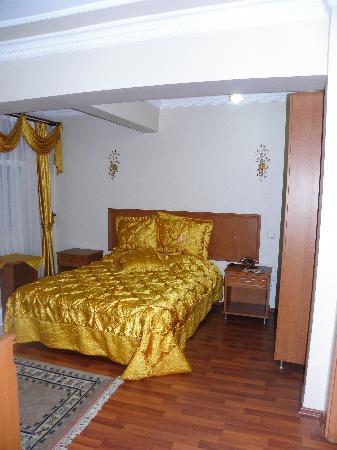 Stone Hotel: Bedroom, Room 202