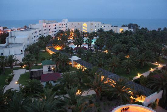 Hotel Manar: Hotel grounds at night