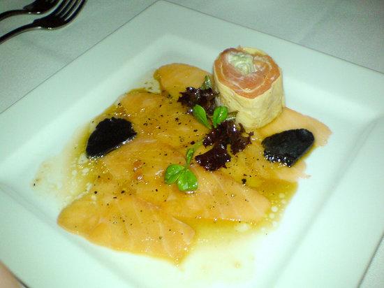 Gala Restaurant: Salmon carpaccio with freshly shaved truffle