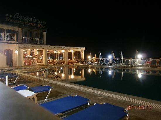 Kanali Hotel - Apartments: A nighttime pool