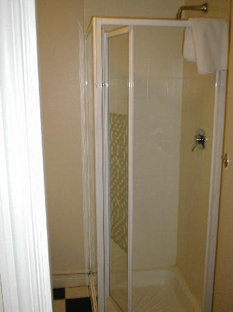 Ferryman Hotel: Shower cubicle