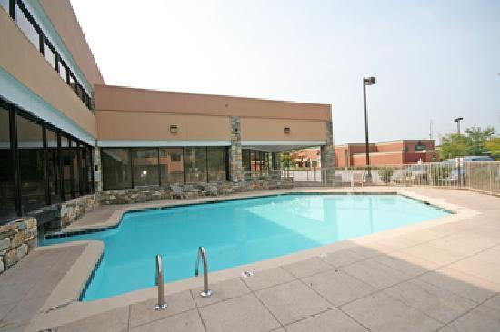 Ramada Asheville / Biltmore West: Seasonal Outdoor Pool