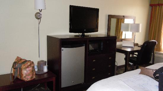 Hampton Inn Sulphur / Lake Charles Area : Entertianment area with fridge and microwave