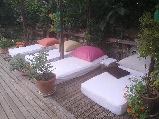 Hotel Beydagi Konak: havuz başı dinlenme yerleri