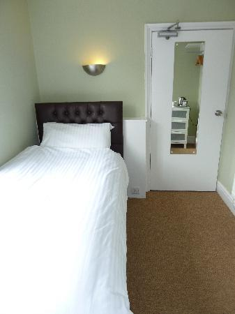 Grosvenor Place Guest House : Single room with luxury single bed