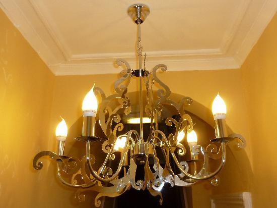 Grosvenor Place Guest House: Chandelier in hall
