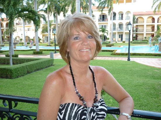 Hotel Riu Palace Mexico: My beautiful wife on our balcony!