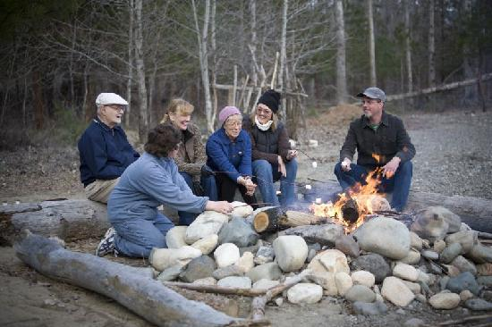 River Run Inn: Guests enjoying a campfire