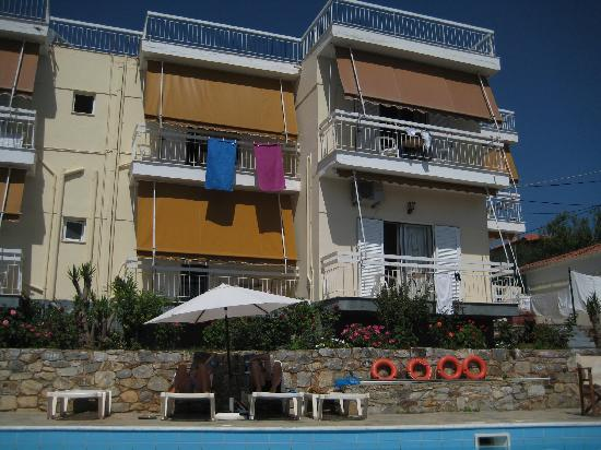 Agios Nikolaos, กรีซ: Litsa Apartments picture taken from the road