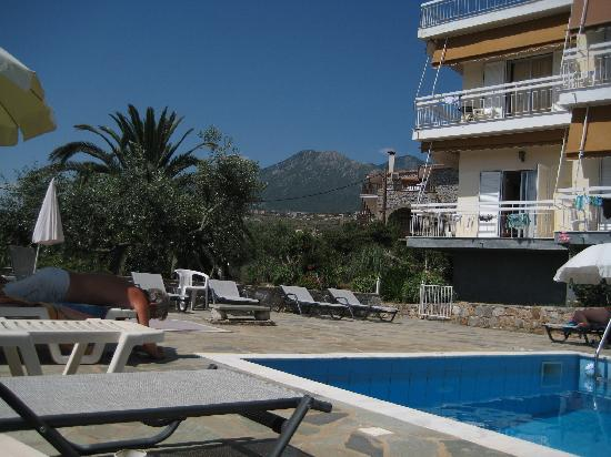 Agios Nikolaos, Griekenland: Litsa Apartments view from the pool