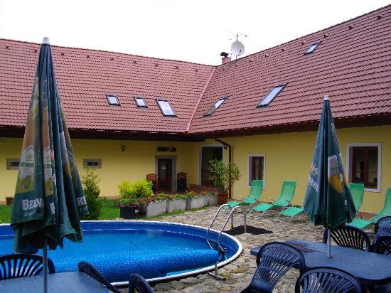 Pension U staryho dubu: Corner of Courtyard with Pool 2