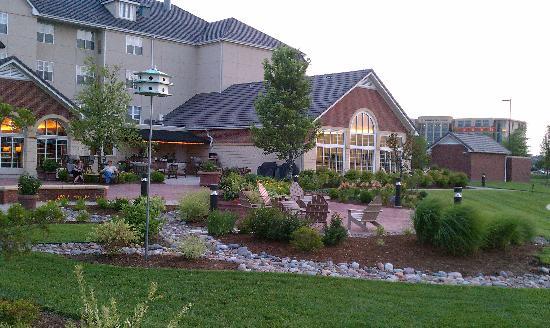 """هوموود سويتس باي هيلتون آت ذا ووترفورنت: The """"backyard"""""""