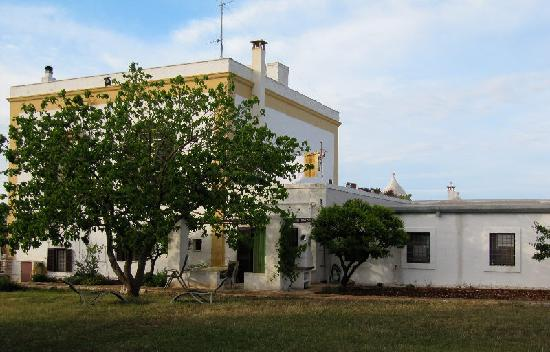 Masseria Casaburo: One facade of the mansion.
