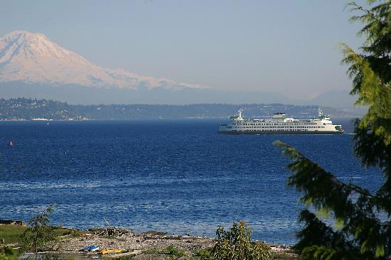 Bainbridge Island, WA: Bainbridge ferry with Mount Rainier in background