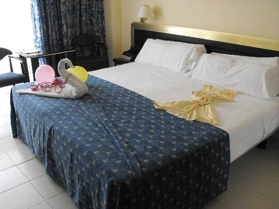 Mediterranean Palace Hotel: Swan Bed