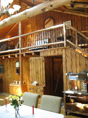 The Chalet of Canandaigua: Looking up, Balcony Room Entrance