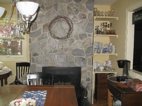 Lovettsville Bed & Breakfast : fireplace in the dining room