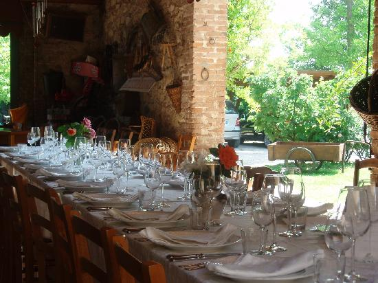 Agriturismo Palazzetto Ardi: The Sunday I was there they hosted a huge lunch... beautiful!
