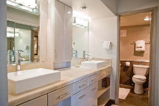 International Hotel & Suites: Bathroom